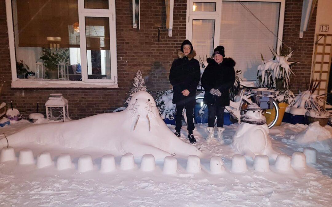 Sneeuwkunst in Lief en Leedstraat in de Burgemeestersbuurt